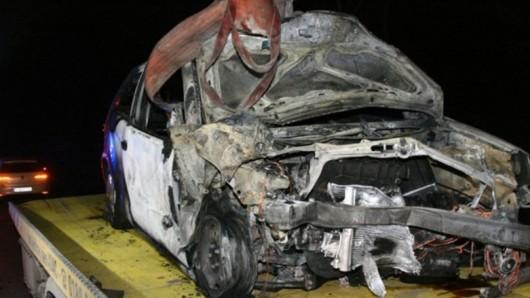 Die Fahrerin dieses VW Polo ist auf die Gegenfahrbahn geraten und dort mit einem entgegenkommenden Hyundai zusammengestoßen. Anschließend ging der Polo in Flammen auf.