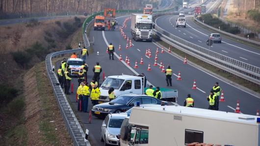 Die Polizei hat ihre Suche nach den beiden Unbekannten abbrechen müssen, die am späten Samstag als Geisterfahrer auf der A39 unterwegs waren (Symbolbild).