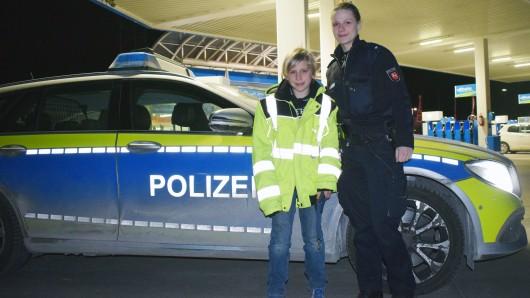 Mit der Heimfahrt im Streifenwagen hat's zwar nicht geklappt - aber Jannis durfte wenigstens die Jacke von Kommissarin Vanessa Frech anprobieren.