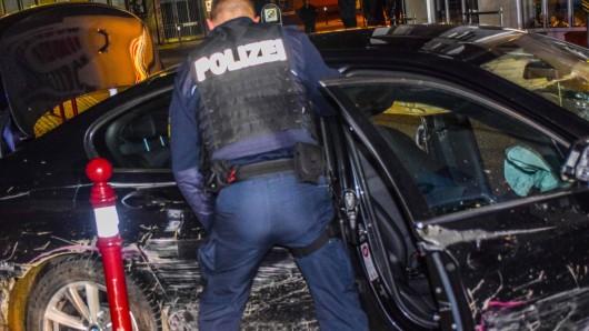 Die Polizei musste sich in Niedersachsen zwei rasante Verfolgungsjagden liefern. Bei einer hat sich ein junger Mann auf seiner Flucht schwere Verletzungen zugetrage (Symbolbild)