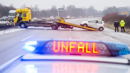 Am Montag ist das Auto einer 22-Jährigen von der Fahrbahn abgekommen, drei Menschen wurden verletzt. Das Auto musst abgeschleppt werden (Symbolbild).