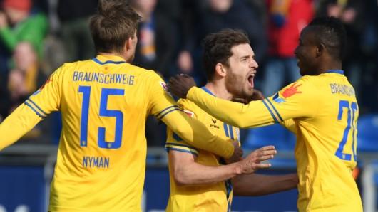 Christoffer Nyman (v.l.) bejubelt seinen Treffer zum 1:0 gegen Jahn Regensburg mit Ken Reichel und Suleiman Abdullahi.