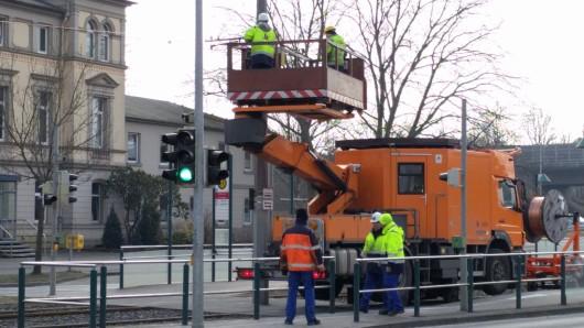 Voraussichtlich noch bis Montagabend dauern die Reparaturarbeiten an der Straßenbahn-Oberleitung. Die Arbeiter der Braunschweiger Verkehrs-GmbH werden nicht wie geplant bis Sonntagabend fertig.