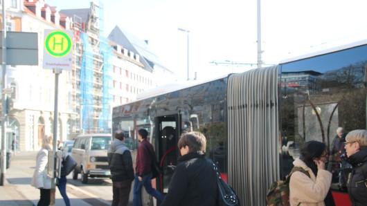 Die Straßenbahnen sind weiterhin blockiert, Passagiere müssen sich weiter auf einen Schienenersatzverkehr mit Bussen einstellen.