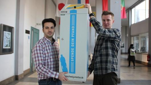 Stolz präsentieren Soner Boztas (links) und Malte Fischer das Projekt Spende deinen Pfand 2.0.