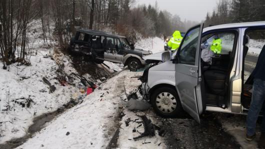 Die Fahrer der Autos wurden mit schweren Verletzungen ins Krankenhaus gebracht.