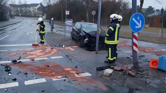Zwölf Einsatzkräfte der Freiwilligen Feuerwehr Fallerleben waren nach dem Frontalzusammenstoß im Einsatz. Die Fahrer mussten ins Klinikum eingeliefert werden.