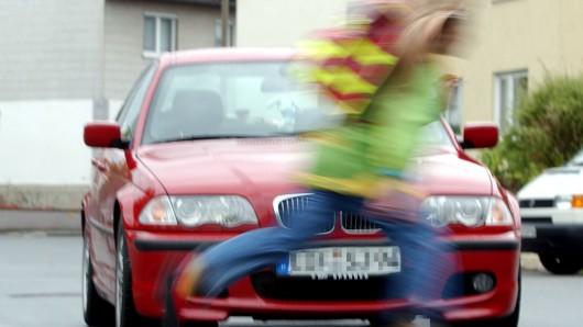 Ein etwa zwölfjähriger Junge ist einer Autofahrerin in Wohltberg vors Auto gelaufen - und anschließend weggerannt (Symbolbild).