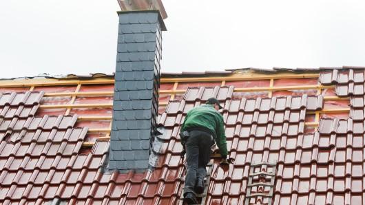 Falsche Dachdecker haben es bei einer 85-Jährigen in Königslutter versucht (Symbolbild).