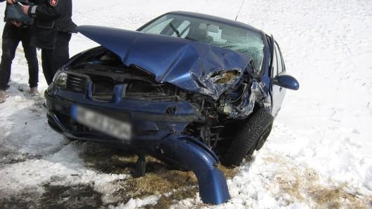 Das Auto wurde durch den Aufprall in den Graben geschleudert.