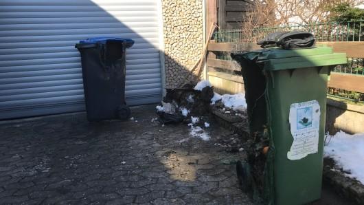 Die Einsatzstelle mit den geschmolzenen Mülltonnen.