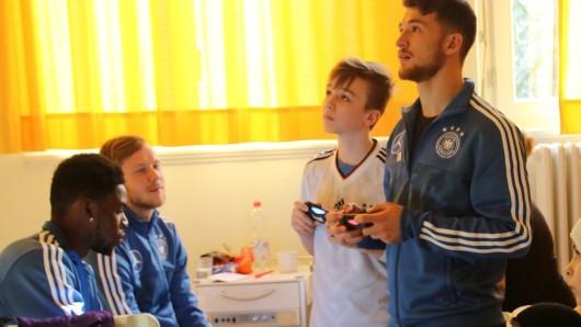 Salih Özcan (rechts) musste sich richtig konzentrieren: Bei Fifa 2018 war der 20-jährige Kölner schwer gefragt.
