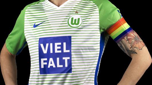 Die Kapitänin des Bundesligateams Nilla Fischer posiert im Sondertrikot des VfL.