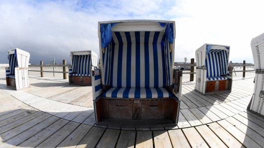 Die ersten Strandkörbe stehen am Nordseestrand von St.Peter-Ording. Bis auf weiteres ist die Benutzung der ersten 150 Strandkörbe. kostenlos.