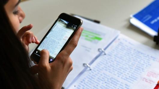 Das Benutzen des eigenen Smartphones soll die Medienkompetenz stärken (Symbolbild).