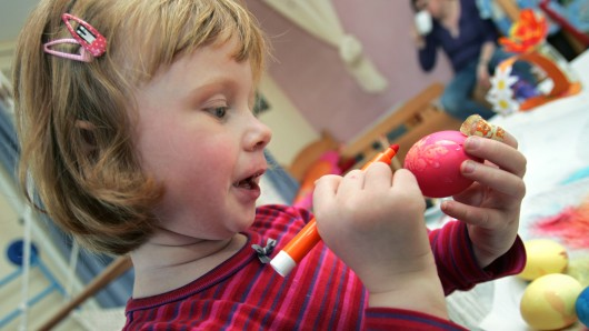 Die Kinder können gemeinsam mit den Senioren die Ostereier färben (Symbolbild).