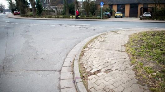 An dieser Ecke in Burgwedel ist die 24-Jährige von dem mutmaßlichen Täter lebensgefährlich verletzt worden. (Archivbild)