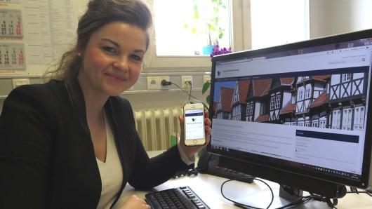 Wirtschaftsförderin Ina Anja Hallmann präsentiert die neue Website des Landkreises Wolfenbüttel.