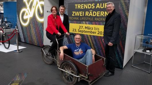 Susanne Wiersch, vom Museum, Tobias Ludwig, vom Volkswagen Innovationsfond, Ingo Kollibay, Kurator und Eberhard Kittler vom Museum zeigen ein Lastenrad, dass im Freistaat Christiania entwickelt wurde. Mit ihm können Rollstühle transportiert werden.