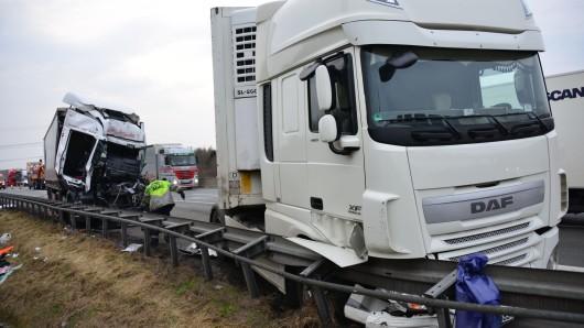 Der Fahrer dieses Sattelzugs aus dem Kreis Lippe konnte sich unverletzt aus dem Wagen retten. Der mutmaßliche Unfallverursacher hatte nicht so viel Glück.
