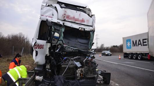 Der Fahrer dieses Lastwagens hatte weniger Glück: Er wurde in der Kabine eingeklemmt und konnte erst nach mehr als einer Stunde befreit werden. Schwer verletzt wurde er ins Krankenhaus gebracht.