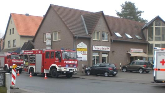 In diesem Geschäftshaus an der Clauener Straße in Hohenhameln steckte eine vierköpfige Familie im Aufzug fest.