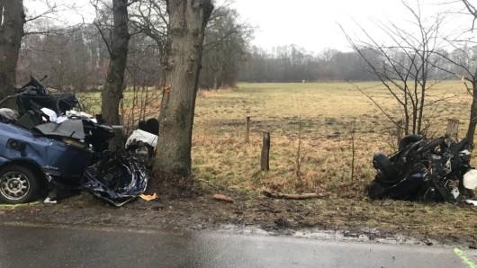 Durch die Wucht des Aufpralls wurde der Wagen in zwei Teile gerissen. Für die drei Insassen kam nach dem Unfall im Landkreis Verden jede Hilfe zu spät.
