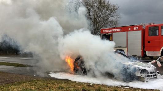 Eine dichte Rauchwolke kündete schon von Weitem von dem Fahrzeugbrand.