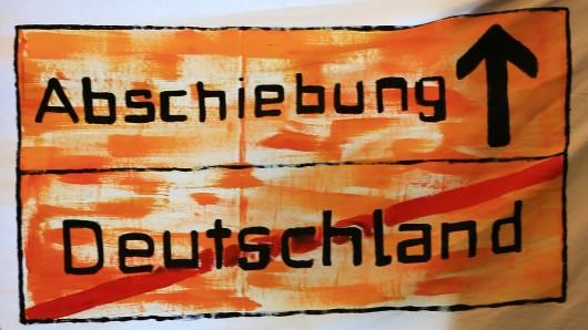Ein Protest-Transparent während einer Pressekonferenz zur Flüchtlingspolitik in Hamburg (Archivbild).