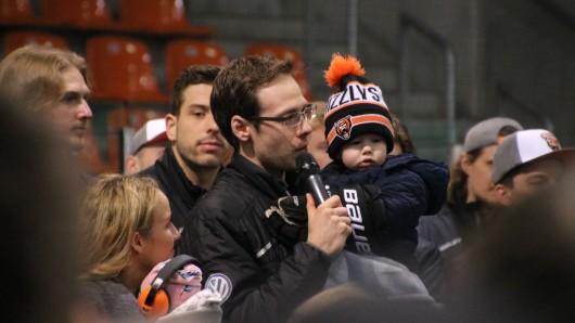 Der emotionalste Teil des Tages: Tyler Haskins (mitte) verabschiedet sich von den Wolfsburger Fans. Zur Unterstützung hatte er seine Frau Liz und seine beiden Kinder dabei.