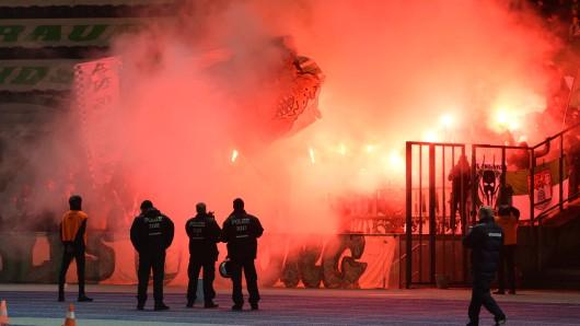 Unschöne Szenen im VfL-Fanblock: Beim Spiel gegen Hertha BSC in Berlin wurde Pyro gezündet.