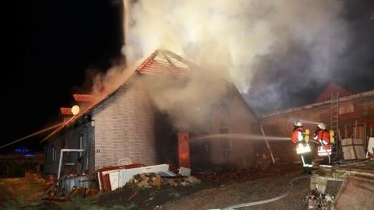 Die Flammen haben sich vom Dach des historischen Hofs bis ins Innere durchgefressen.