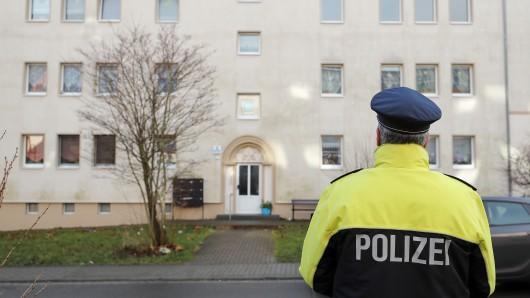 Ein Polizeibeamter vor jenem Mehrfamilienhaus in Benndorf (Landkreis Mansfeld-Südharz), in dem Anfang Januar in einem Tiefkühlschrank zwei Babyleichen entdeckt worden sind.
