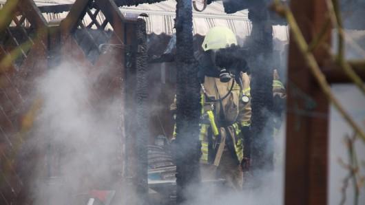 Unter Atemschutz mussten die Einsatzkräfte das Feuer löschen.