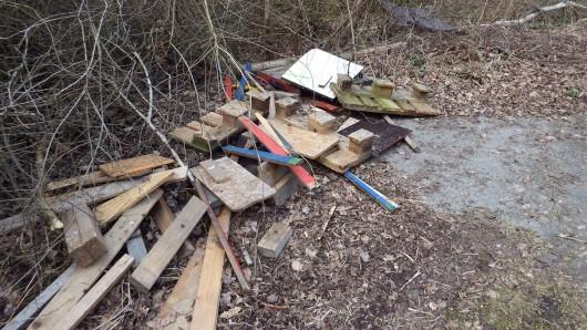 Der Landkreis bittet jetzt um Hinweise, wem das auffällig lackierte Holz gehört und weist auf eine vertrauliche Behandlung hin.