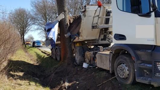 Der Lkw war auf der K57 zwischen Groß Sisbeck und Volkmarsdorf an einem Baum hängen geblieben.
