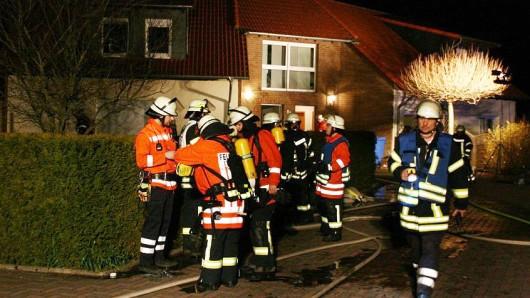 Insgesamt rund 30 Feuerwehrleute rückten zu dem Bett-Brand in der Brunnenstraße des Calberlaher Teilorts Allenbüttel an.