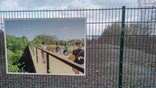 Das südliche Ringgleis endet derzeit auf Höhe der Echobrücke - dort versperrt ein Zaun das Weiterkommen. Doch die Tafel zeigt bereits, wie sich die Stadt den Ausbau im Rahmen des Projekts Bahnstadt vorstellt.