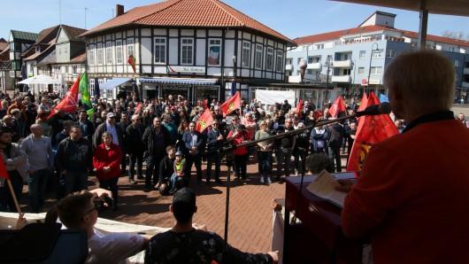 Oberbürgermeister Frank Klingebiel (CDU) spricht zu den Demonstrationsteilnehmern: Er sei stolz auf jene Salzgitteraner, die an einem so strahlenden Tag kommen und für demokratische Überzeugung auf die Straße gehen.