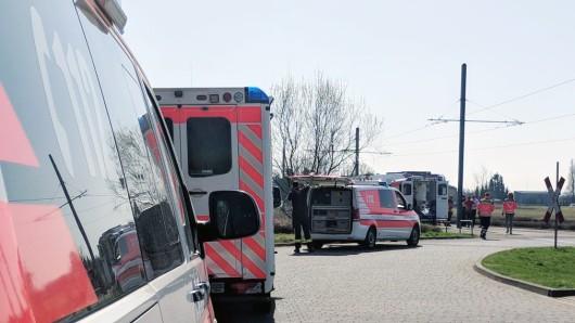 Im Bereich der Straßenbahngleise ist am frühen Sonntagnachmittag ein 62-Jähriger leblos zusammengebrochen. Rettungskräfte bemühten sich um die Wiederbelebung des Mannes.