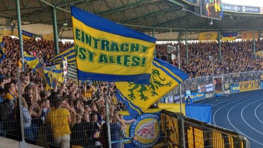 Eintracht-Fans feiern ihre Mannschaft. Ihr könnt am Freitag dabei sein (Archivbild).