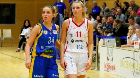 Hier noch in getrenten Trikots:  Julina Meinhart und Nina Rosemeyer. Eintracht Braunschweig LionPride startet in die Vorbereitung (Archivbild).