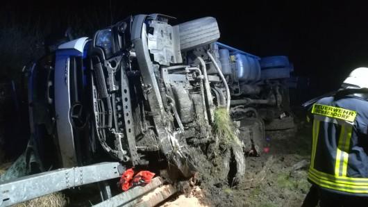 Der Fahrer wurde von Ersthelfern aus dem Wagen befreit.