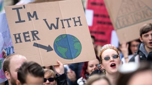 Rund 1.000 Menschen sind in Niedersachsen auf die Straßen gegangen und haben gegen Wissenschaftsfeindlichkeit demonstriert.