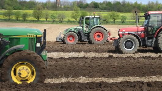 26 Nachwuchsbauern treten in Nienburg beim Leistungspflügen gegeneinander an.