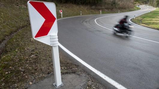 In einer  Kurve ist der Motorradfahrer vermutlich zu schnell gefahren und deswegen aus der Kurve geflogen (Symbolbild)