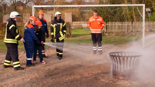 Wie fühlt es sich an, selbst ein Feuer zu löschen? Das und mehr konnten die Kids auf dem Bolzplatz in Seershausen ausprobieren.