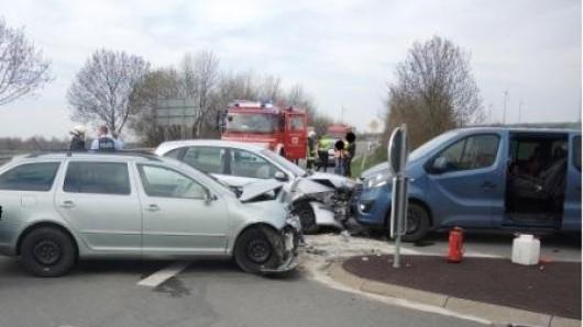 Der Nissan-Fahrer wollte nach links abbiegen.