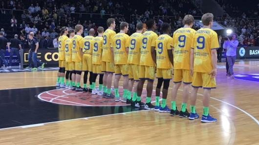 Alle für Einen: Die Basketball Löwen bekennen Farbe für ihren verletzten Teamkollegen.