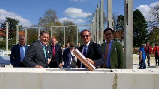 Oberbürgermeister Ulrich Markurth hat am Dienstag, den 17. April den Grundstein für die neue Sporthalle Lehndorf gelegt und eine Zeitkapsel versenkt.